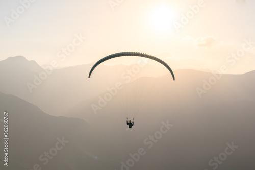 Gleitschirmflieger im Sonnenuntergang Canvas Print