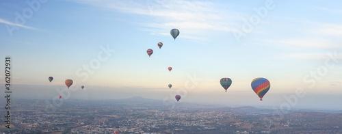 Photo Cielo matutino con globos aerostáticos en Teotihuacan.