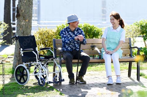 Fototapeta 老人とヘルパーの女性
