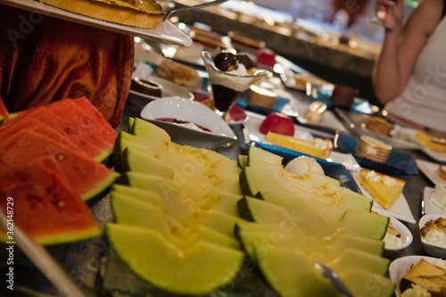 Photo A buffet table in a restaurant full of fruits and elaborate desserts