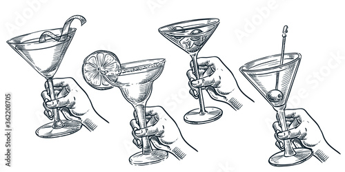 Photo Human holding glass with alcohol cocktail