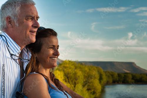 Photo Pareja, mirando el río, verano, romántico, hombre y mujer