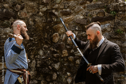 Платно Viking derides his alter ego which challenges him by brandishing a katana in con