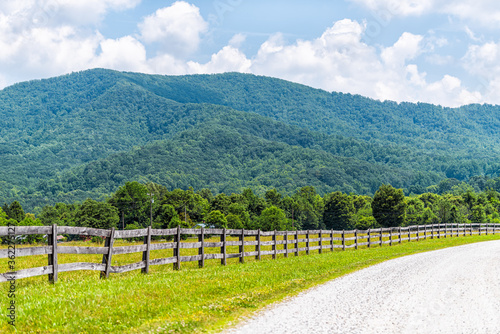 Fotografia Farm road wooden fence in Roseland, Virginia near Blue Ridge parkway mountains i