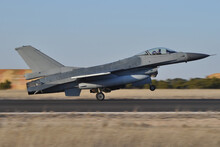 F-16 Fighting Falcon Aterrizando