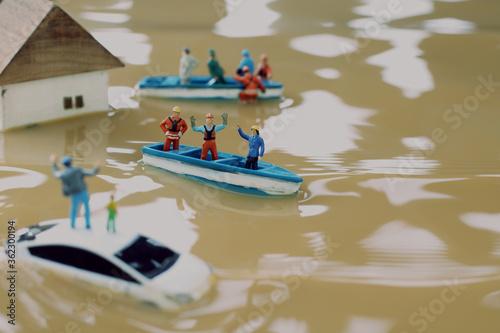 水害によって水浸しになった街と助けを求める人々のジオラマ Wallpaper Mural
