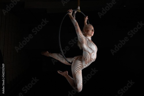 The acrobat performs a stunt on the air ring Fototapet