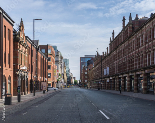 Fotografia An empty streetscene of one of Central Manchester's busiest city centre streets taken during lockdown