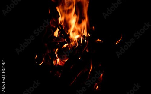 Photo Bright firelight on a black background. Sparks and flames.
