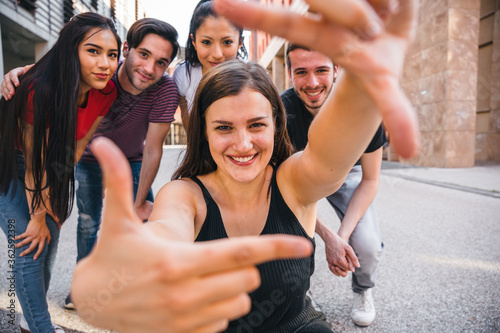 Cuadros en Lienzo Group of best friends taking a photo with hands in the city - Millennial having