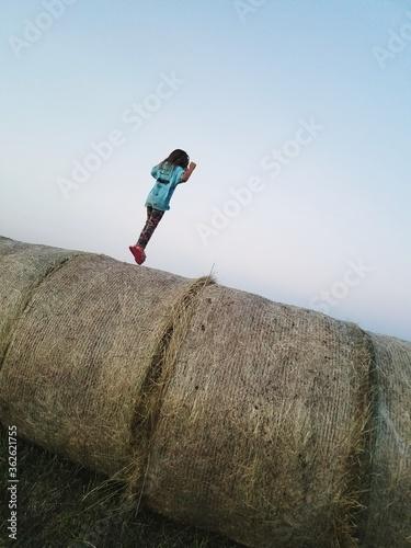 Fotografia Full Length Of Girl Jumping On Bay Hale Against Clear Sky