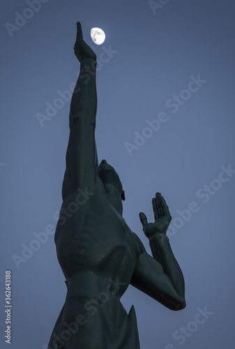 Obraz na plátne Statue of Eternal Life holding the moon in cleveland ohio