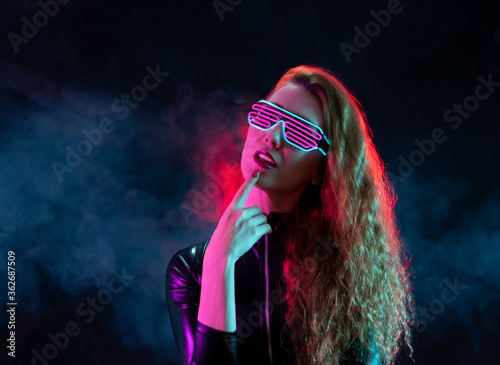 Foto Futuristic woman wearing glasses with neon light.