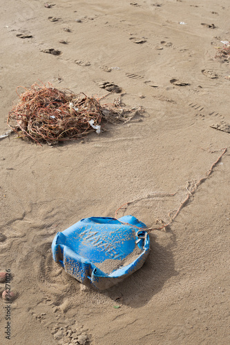 Photo Plastic bottle washed ashore by the tide