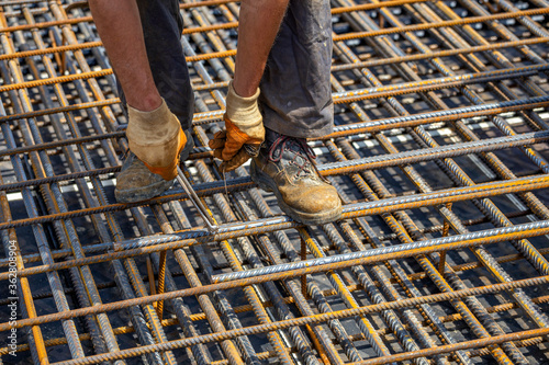 Ironworker securing steel rebar framing with wire plier cutter Canvas-taulu