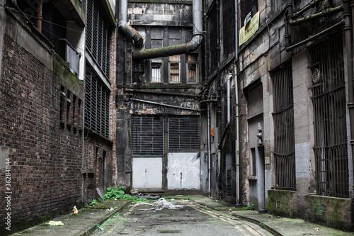 Papel de parede Alley Amidst Buildings In City