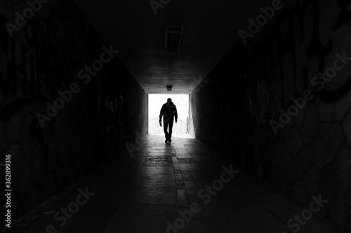 Fotografia Rear View Of Silhouette Man Walking In Tunnel