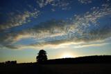 Zachód, wschód słońca nad lasem, malownicze niebo.
