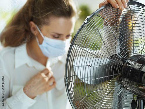 Cuadros en Lienzo Closeup on sad business woman suffering from summer heat