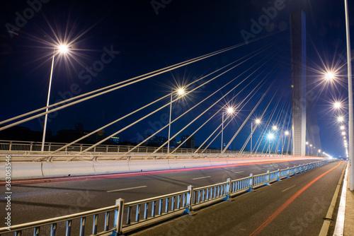 Fototapeta premium W nocy stalowy most stalowy stalowy