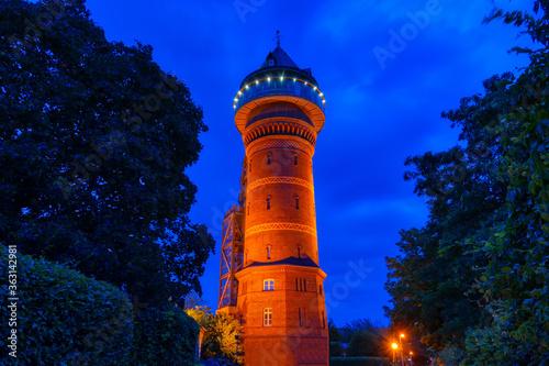 Beleuchteter historischer Wasserturm in Styrum bei Nacht Billede på lærred