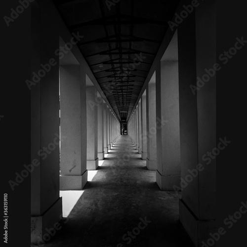 Canvas Print Empty Corridor In Building