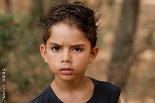 Photo ritratto di un bambino di 5 anni misto Italiano/brasiliano isolato su uno sfondo