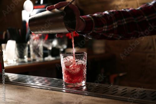 Obraz na plátně Bartender preparing fresh alcoholic cocktail at bar counter, closeup