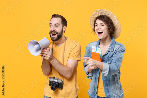 Obraz na płótnie Excited young tourists couple friends guy girl isolated on yellow background