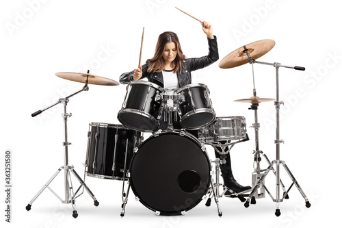 Fotografia Young female drummer playing drums with drumsticks