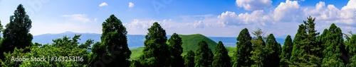 Fotomural 米塚火山風景 パノラマ写真 阿蘇山への道に米塚火山の名残 初夏・新緑の晴天の美しい風景 高さ80メートルの小さな山ですが、れっきとした火山です 頂上の窪みは噴火の名残です。 Yonezuka volcano landscape panoramic photo The remains of Yonezuka volcano on the way to Mt