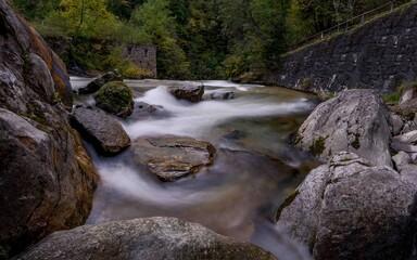 Flusslandschaft mit Stromschnellen