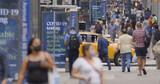 Fototapeta Nowy Jork - Crowd of people walking wearing a mask in New York City