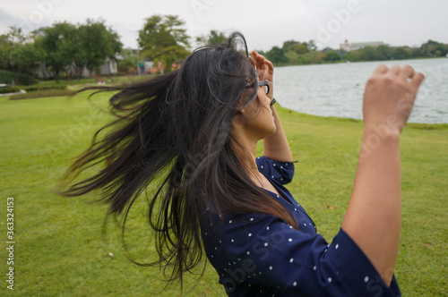Woman Tossing Hair While Standing Outdoors Fototapet