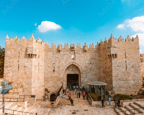 Fotografia Group Of People In Front Of Historical Building,damascus Gate, Jerusalem