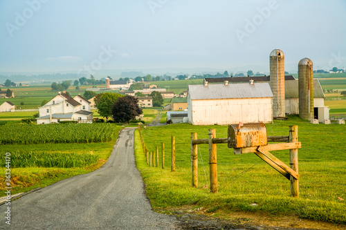 Road leading to an Amish farming community near Intercourse, Pennsylvania Fotobehang