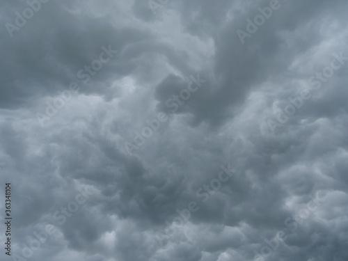 Obraz na plátně Dunkle Wolken eines aufziehenden Gewitters am Himmel