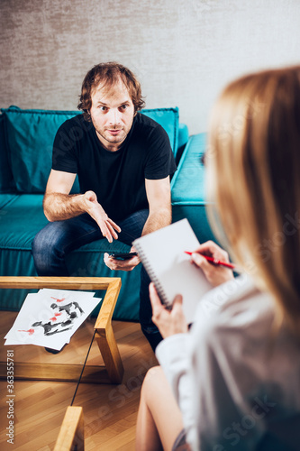 Caucasian man at a psychologist appointment impulsively shares his problems with Fototapet