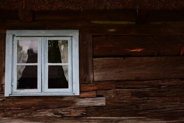 Stara chatka z drewnianymi deskami .