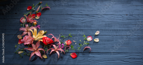 Obraz beautiful summer flowers on dark blue wooden background - fototapety do salonu