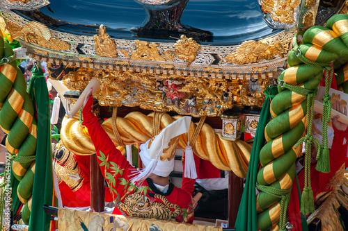 Photo 灘のけんか祭り、神輿と打ち子のクローズアップ