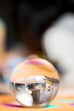 透明なクリスタルボールに写したオモチャ