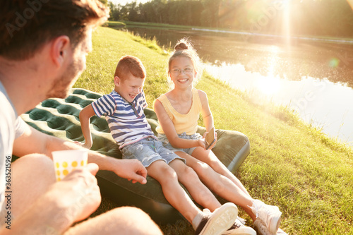 Obraz                                Family spending summertime by the lake - fototapety do salonu