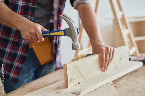 Carpenter using a hammer to drive nail Fototapet