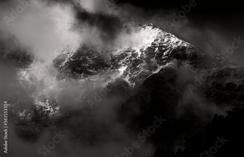 Fotomural Dark stormy clouds on a mountainside in the Himalayan mountains