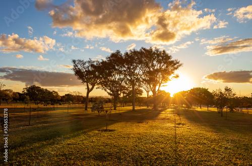 Photo Pôr do sol no Eixo Monumental em Brasília, Brasil.