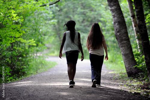 deux filles multiraciales discutant Canvas Print