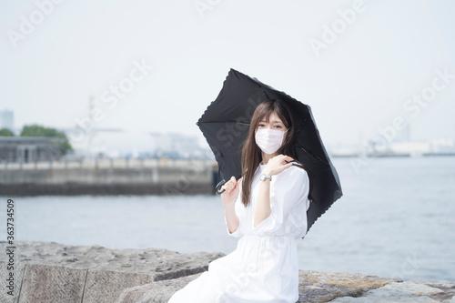 猛暑とマスクの女性 イメージ 2020年 海 Fotobehang