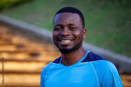 Joven deportista negro sonriendo en plano medio corto Canvas Print