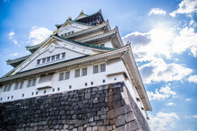 大阪城を見上げる